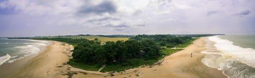 Imagen panorámica aérea de la playa de Noumbi del La, África occidental, Congo Foto de archivo libre de regalías