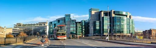 Imagen panorámica de Dublin Docklands con el autobús en el puente Imagenes de archivo