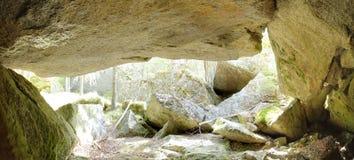 Imagen panorámica de HDR de la cueva debajo de una roca grande en Suecia fotografía de archivo