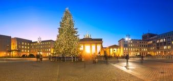 Imagen panorámica de la puerta de Brandenburger en Berlín en la Navidad Fotografía de archivo