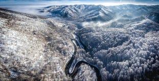 Imagen panorámica de una carretera con curvas de un paso de alta montaña en T Fotos de archivo libres de regalías