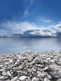 Imagen panorámica del cielo, del agua y de las piedras fotos de archivo libres de regalías