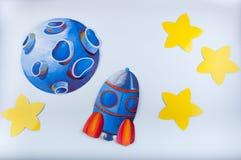 Imagen pintada por aguazo Planeta, cohete y estrellas azules del amarillo en el fondo blanco Imagenes de archivo