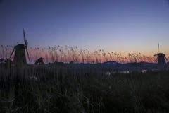 Imagen pintoresca del molino de viento holandés histórico delante del canal Imagenes de archivo