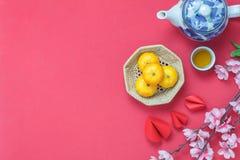 Imagen plana de la endecha de la decoración y de los ornamentos de los artículos por Año Nuevo chino y fondo lunar del día de fie Fotografía de archivo