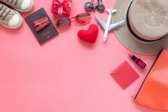Imagen plana de la endecha de las mujeres accesorias de la ropa para planear viaje en día del ` s de la tarjeta del día de San Va Imagen de archivo libre de regalías
