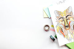 Imagen que colorea para los adultos en la maqueta blanca de la opinión superior del fondo Fotografía de archivo