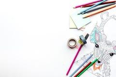 Imagen que colorea para los adultos en la maqueta blanca de la opinión superior del fondo Fotografía de archivo libre de regalías