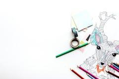 Imagen que colorea para los adultos en la maqueta blanca de la opinión superior del fondo Imagen de archivo