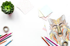 Imagen que colorea para los adultos en la maqueta blanca de la opinión superior del fondo Foto de archivo libre de regalías