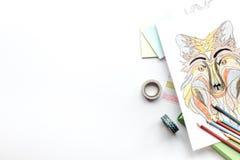 Imagen que colorea para los adultos en la maqueta blanca de la opinión superior del fondo Imagen de archivo libre de regalías