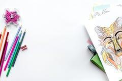 Imagen que colorea para los adultos en la maqueta blanca de la opinión superior del fondo Fotos de archivo