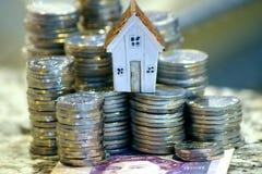 Imagen que muestra el coste de adquirir los bienes inmuebles, concepto de financiar una casa, consiguiendo un pr?stamo fotos de archivo libres de regalías