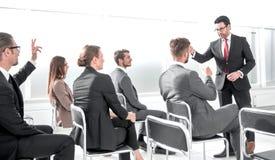Imagen que muestra a los hombres de negocios que tienen una conferencia imagenes de archivo