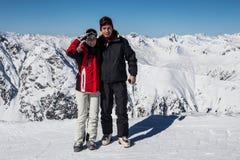 Dos esquiadores en una rotura Foto de archivo libre de regalías