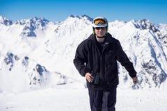 Esquiador con los prismáticos Imagenes de archivo