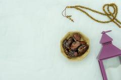 Imagen a?rea de la opini?n de sobremesa del fondo del d?a de fiesta de Ramadan Kareem de la decoraci?n imágenes de archivo libres de regalías