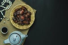 Imagen a?rea de la opini?n de sobremesa del fondo del d?a de fiesta de Ramadan Kareem de la decoraci?n fotos de archivo libres de regalías