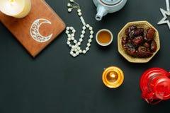 Imagen a?rea de la opini?n de sobremesa del fondo del d?a de fiesta de Ramadan Kareem de la decoraci?n imagen de archivo