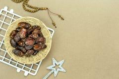 Imagen a?rea de la opini?n de sobremesa del fondo del d?a de fiesta de Ramadan Kareem de las decoraciones foto de archivo libre de regalías