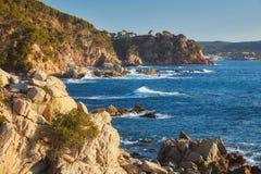 Imagen a?rea del paisaje de Costa Brava espa?ol en un d?a soleado, cerca de la ciudad Palamos foto de archivo