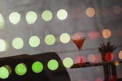 Imagen refleja de la bebida agradable del cóctel de la sandía sobre el vidrio w del LED Imagen de archivo