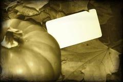 Imagen retra de la acción de gracias con la calabaza y la tarjeta en blanco Fotografía de archivo