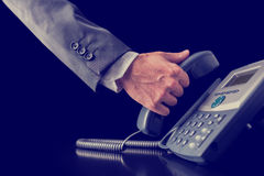 Imagen retra del hombre de negocios que hace una llamada de teléfono fotos de archivo libres de regalías