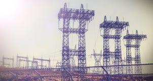 Imagen retra del vintage de pilones y de líneas eléctricas de la transmisión Imagenes de archivo