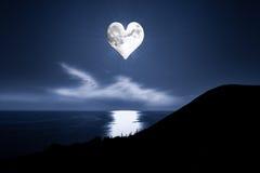Imagen romántica con una luna en forma de corazón Imagen de archivo libre de regalías