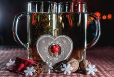 Imagen romántica divertida de dos vidrios de cerveza de champán Imagen de archivo