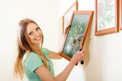 Imagen rubia feliz de la ejecución de la mujer con las flores Imágenes de archivo libres de regalías