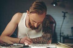 Imagen serena de la pintura del hombre en el apartamento Imagen de archivo libre de regalías