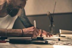 Imagen serena del dibujo del hombre en el escritorio Imagen de archivo