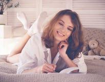 imagen suave de la forma de vida de la mujer bastante joven que se sienta en ella acogedora Foto de archivo