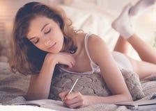 imagen suave de la forma de vida de la mujer bastante joven que se sienta en ella acogedora Imagenes de archivo