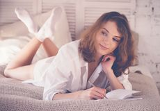 imagen suave de la forma de vida de la mujer bastante joven que se sienta en ella acogedora Fotos de archivo