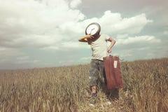Imagen surrealista del muchacho joven que hace un viaje en un cierto plazo Imagen de archivo libre de regalías
