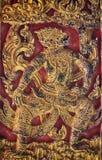 Imagen tallada gigante en un templo de madera fotografía de archivo