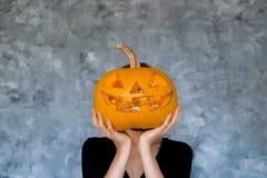 Imagen temática de Halloween con las calabazas talladas en el ambiente del partido de casa imagenes de archivo