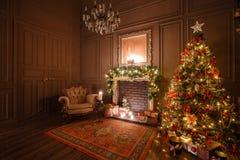 Imagen tranquila del árbol clásico interior del Año Nuevo adornado en un cuarto con la chimenea Imágenes de archivo libres de regalías
