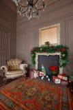 Imagen tranquila del árbol clásico interior del Año Nuevo adornado en un cuarto con la chimenea Foto de archivo libre de regalías