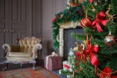Imagen tranquila del árbol clásico interior del Año Nuevo adornado en un cuarto con la chimenea Fotos de archivo libres de regalías