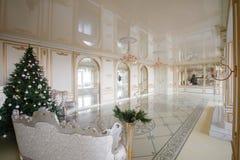Imagen tranquila del árbol clásico interior del Año Nuevo adornado en un cuarto con la chimenea Fotografía de archivo
