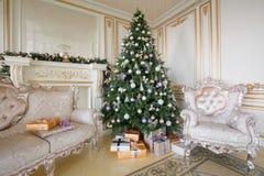 Imagen tranquila del árbol clásico interior del Año Nuevo adornado en un cuarto con la chimenea Foto de archivo