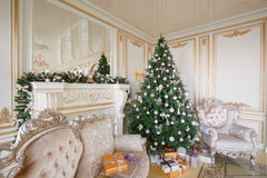 Imagen tranquila del árbol clásico interior del Año Nuevo adornado en un cuarto con la chimenea Imagenes de archivo