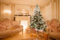Imagen tranquila del árbol clásico interior del Año Nuevo adornado en un cuarto con la chimenea Fotografía de archivo libre de regalías