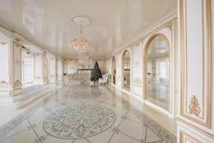 Imagen tranquila del árbol clásico interior del Año Nuevo adornado en un cuarto con la chimenea Imagen de archivo