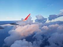 Imagen a través de la ventana de los aviones sobre el motor a reacción Fotos de archivo