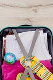 Imagen vertical de la maleta llena Imágenes de archivo libres de regalías